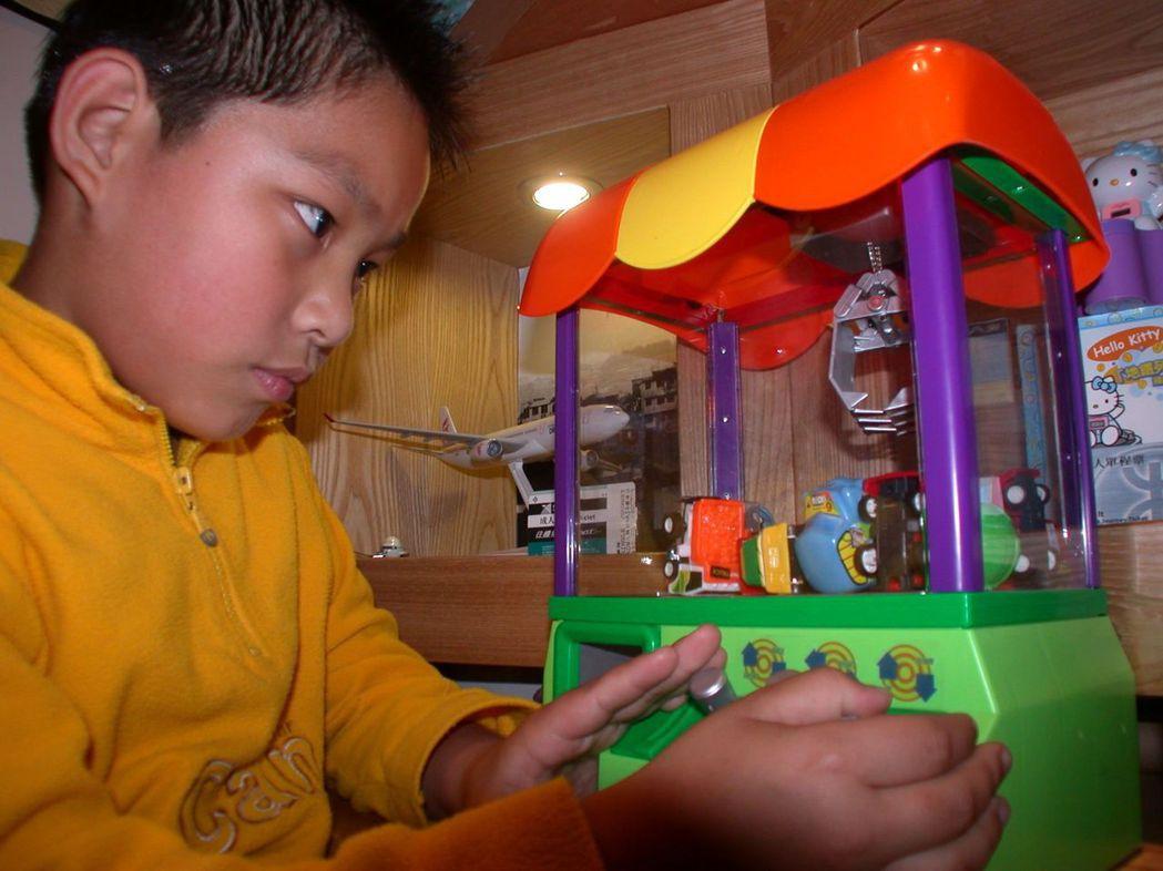 現在最流行的迷你夾娃娃機,小朋友愛玩。 本報資料照片