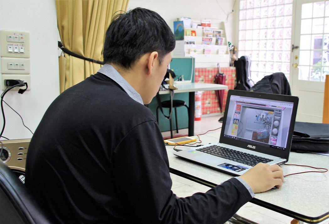 近來許多網友透過網路刷卡,以電腦遙控日本機台「隔空夾娃娃」。 本報資料照片