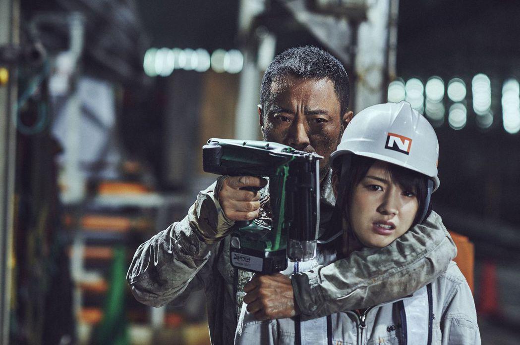 張涵予(左)在「追捕」挾持扮演女警的櫻庭奈奈美。圖/華映提供