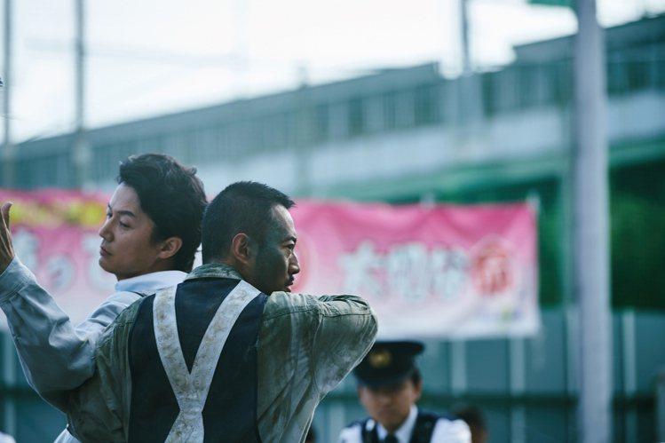 張涵予(右)與福山雅治在「追捕」中演出雙雄對決。圖/華映提供