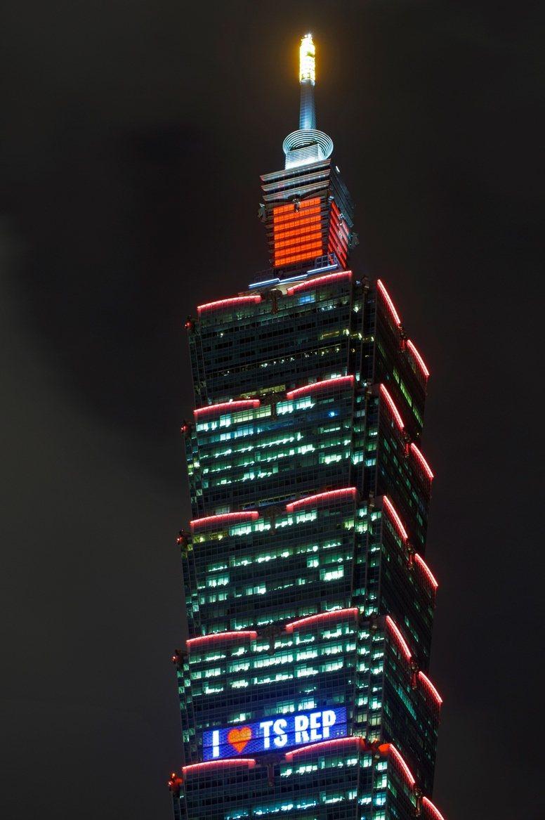 泰勒絲成為第一個在台北101外牆造勢的國際女歌手。圖/環球提供