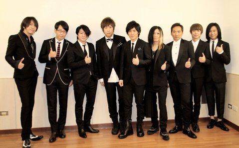 GLAY在日本樂壇擁有不可動搖的地位,即便團員平均年齡已經45歲,搖滾樂迷仍為他們瘋狂不已。光從他們演唱會門票一票難求,就可看出GLAY的超人氣。他們這次的日本巡演23場全數售罄,吸引超過23萬名歌...