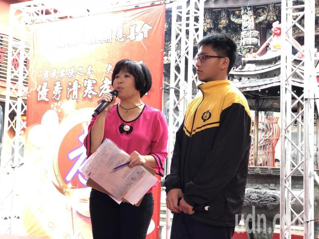 嘉義市蘭潭國中2年級學生楊中浩(右),體恤母親獨力養家的辛勞,從小學4年級起,放...