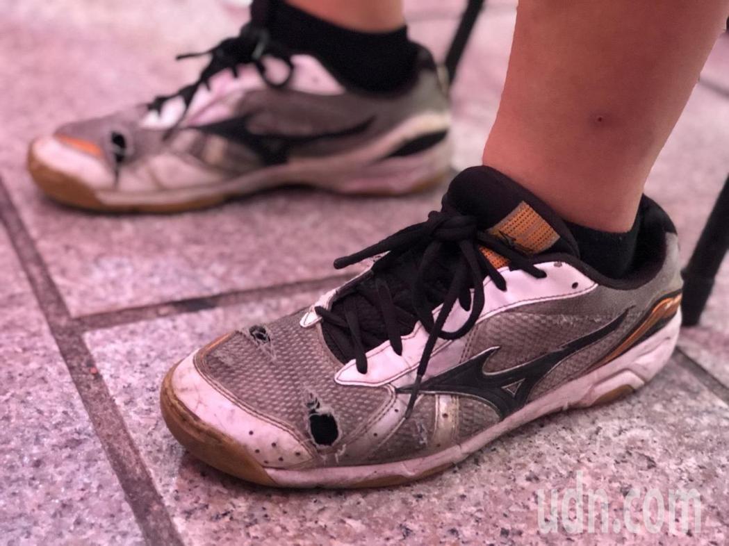 嘉義市北園國中3年級學生吳忠穎體恤母親獨自養家的辛勞,為節省開銷,他布鞋已穿到破...