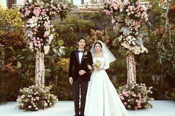 宋仲基和宋慧喬在歐洲蜜月旅行,預計明天前返回韓國。在他們蜜月的這幾天中,參加婚禮的賓客們陸續曝光他們的婚禮細節,連宋仲基宣讀的結婚誓詞都被網友瘋傳,在社群網站被作成圖片分享。宋仲基在婚禮上宣讀誓詞時...