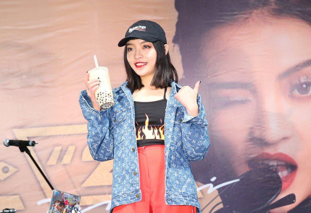 中國女 Rapper VAVA 專輯「21」來台簽唱會晚上在西門町紅樓廣場舉行。...
