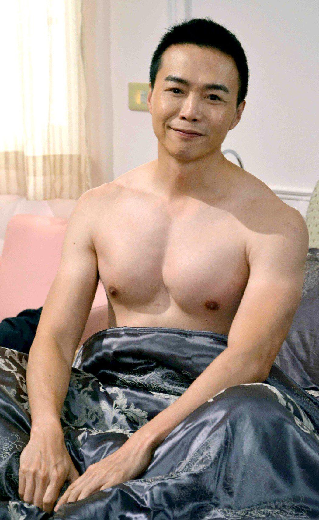 吳鈴山拍床戲還大秀胸肌。圖/華視提供