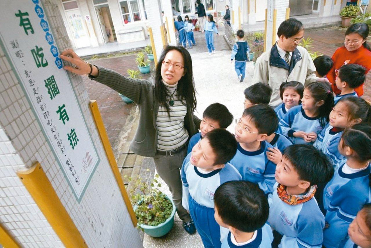 教育部昨召開課審大會,將課綱草案中劃定的理解與利用閩南語能力從校園擴大至社區面向...