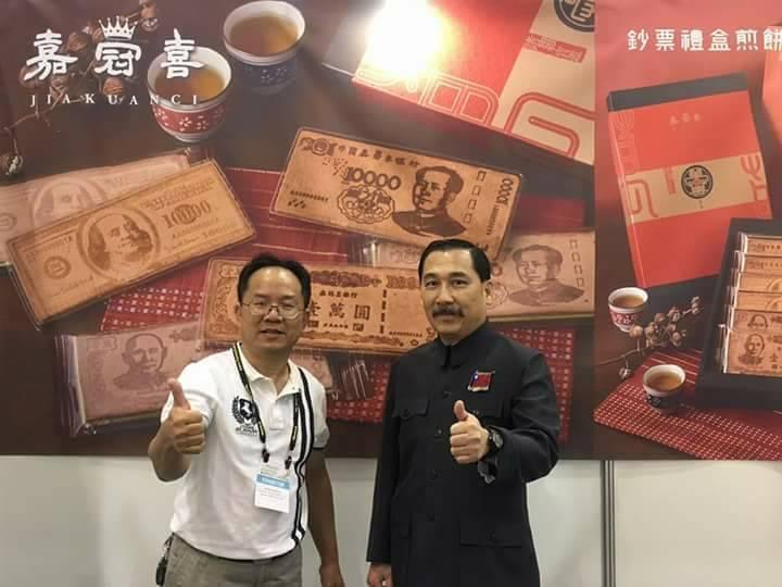 陳文興(左)將煎餅造型化、文創化,靠創意帶進商機。 圖/嘉冠喜提供