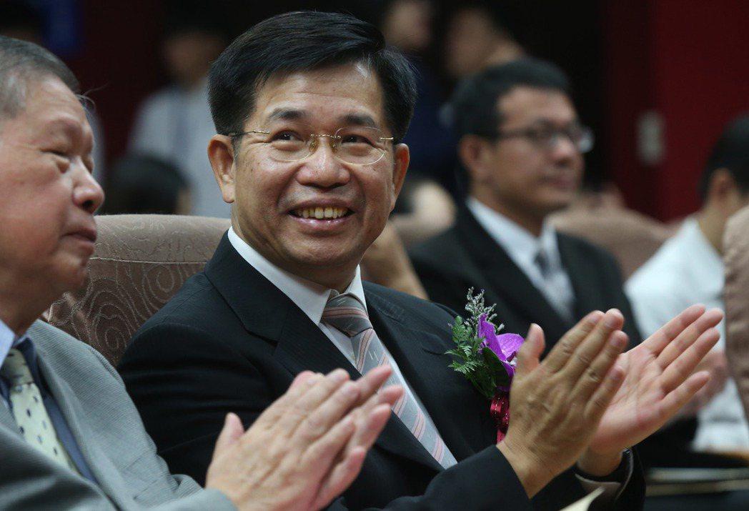 教育部長潘文忠(左二)指出,要把實驗教育延伸至專科以上教育階段,並研擬納入學校型...