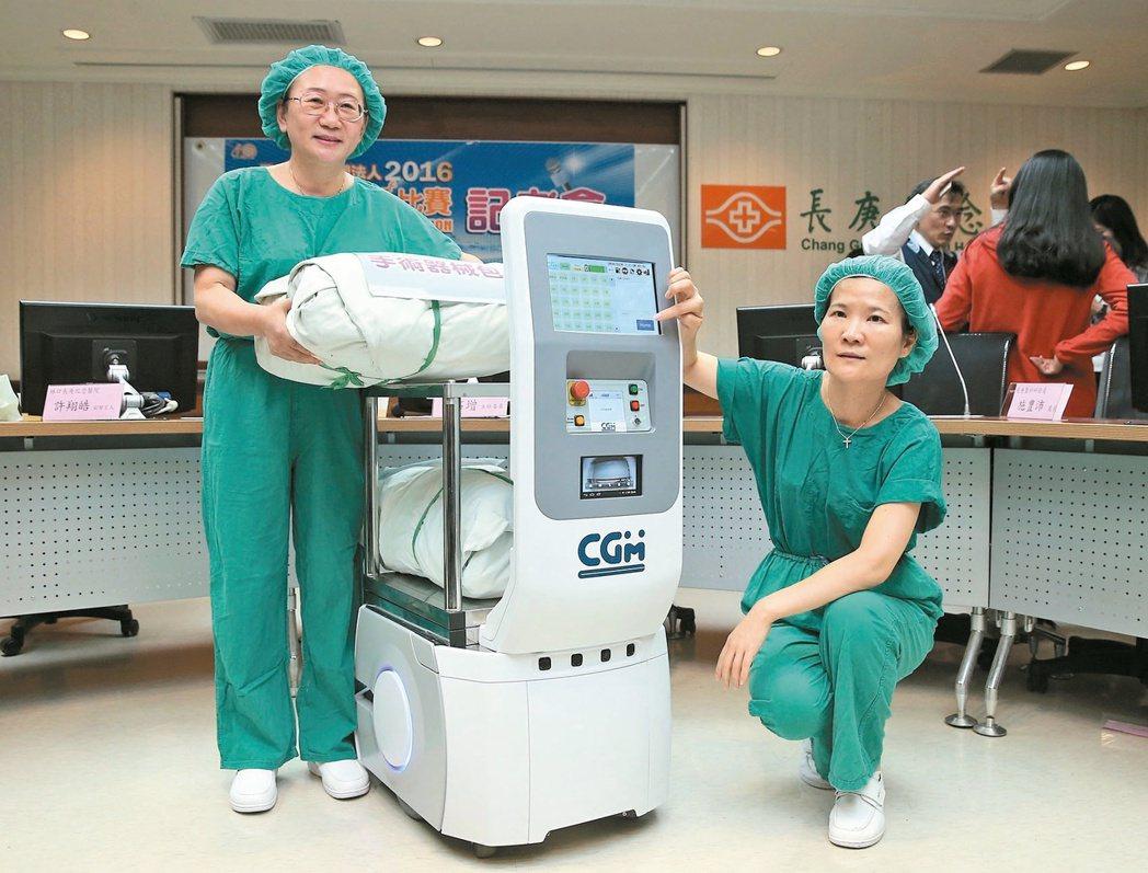 長庚醫院智慧型運輸機器人,不但幫忙背負重物,遇障礙物還能自動閃避。 本報資料...