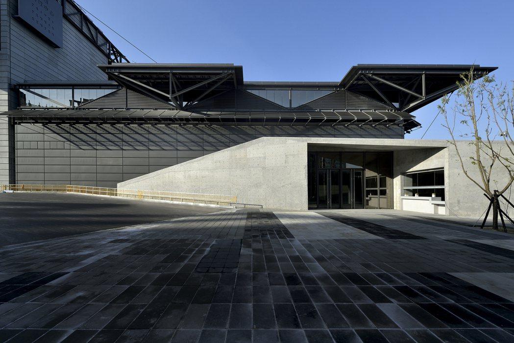 2017台灣建築獎首獎「台北市網球中心」,打破體育館的封閉形象。 圖/建築師雜誌...