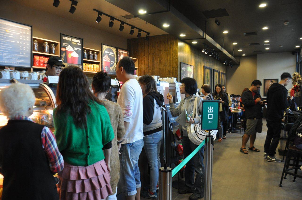 瓶罐裝咖啡大賣的原因之一是消費者不想在咖啡店排隊。圖為高鐵苗栗站星巴克門市推優惠...