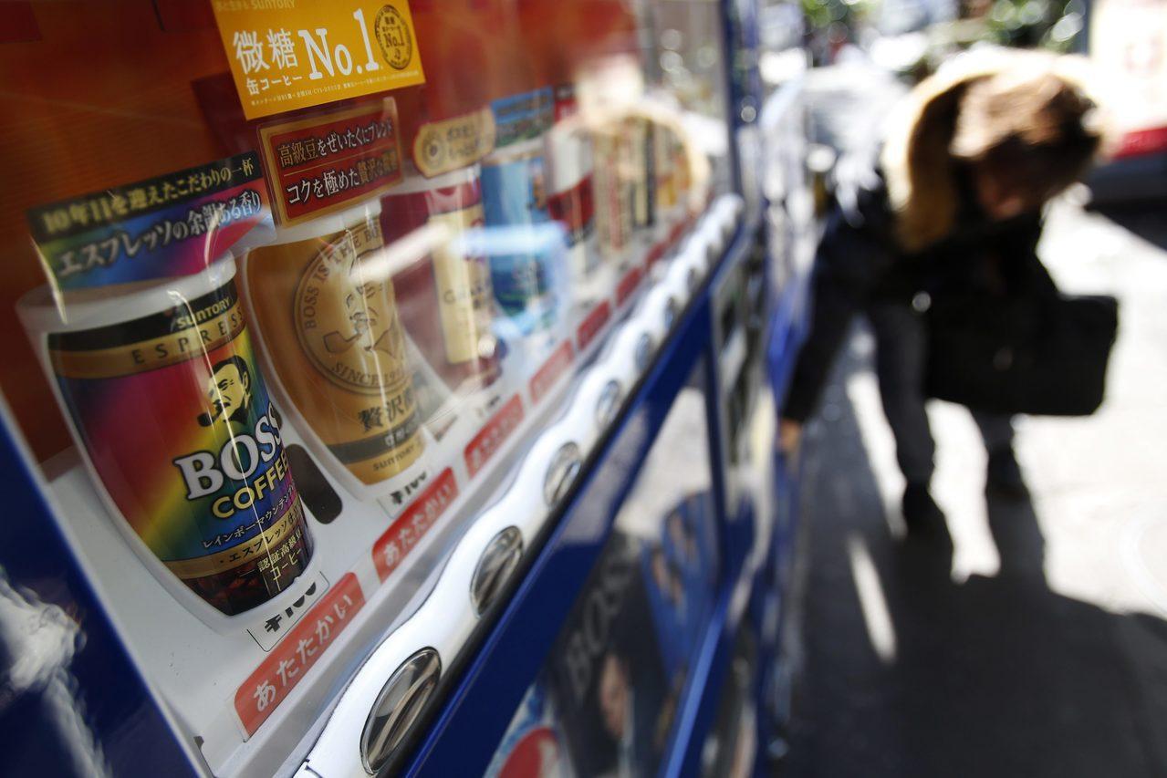 東京街頭的自動販賣機販售罐裝咖啡。 路透
