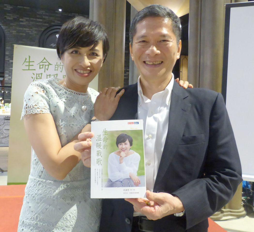 立委邱議瑩(左)在高市舉辦簽書會,她的另一半、客委會主委李永得愛相隨。 記者楊濡...