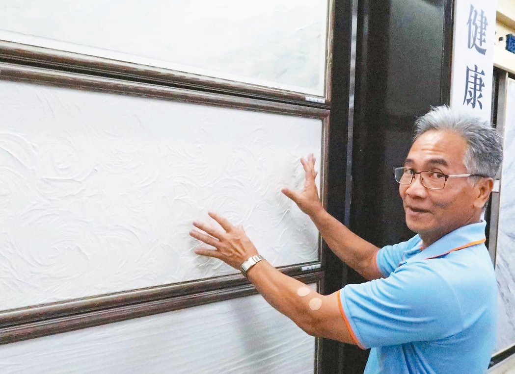 伸達公司副總經理謝明義介紹「琉海美粉」健康土料特性。 李炎奇/攝影