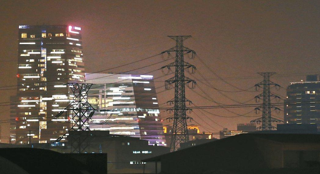天氣漸涼,但國內供電仍吃緊,受到麥寮電廠停機等因素影響,台電預期本周五前供電備轉容量率均低於10%。 圖/聯合報系資料照片