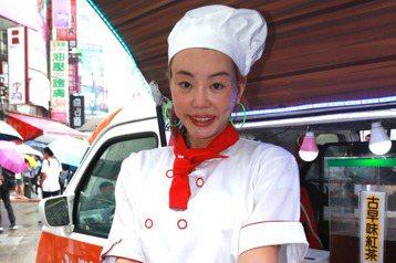 法拉利姐張婷婷今年五月宣布退出演藝圈,先是跑去大陸與人合夥賣香腸,不過卻失敗回到台灣,最近開著餐車在街頭賣起「黑鮑魚包香腸」,不過頻頻遭人檢舉,生意做不下去,讓她怒在臉書大飆髒話,還揚言要把餐車賣掉...