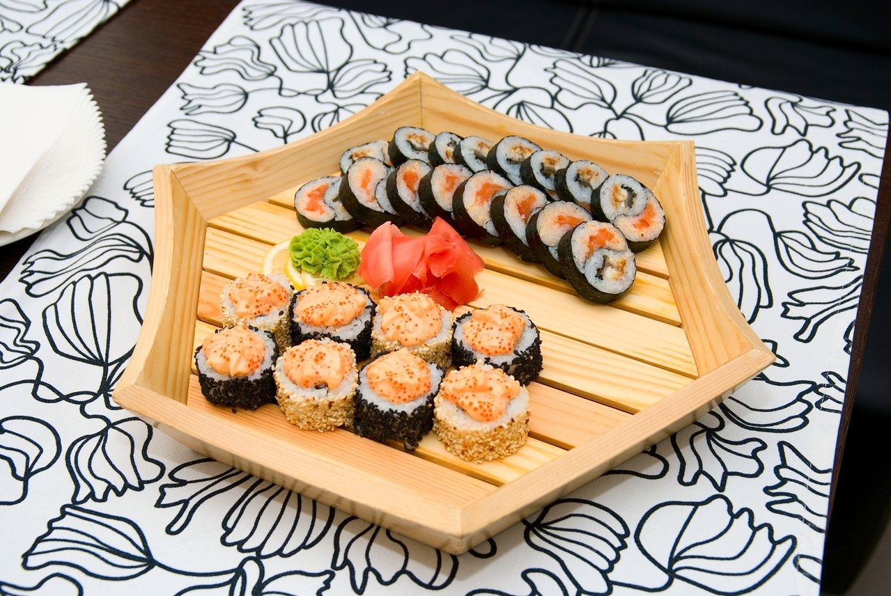 男子原本只有要請女友的爸媽吃日式料理,到了現場卻發現多了好多人。圖/ingima...