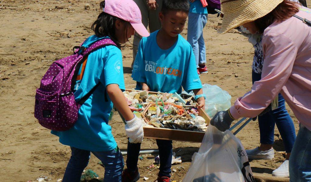 環境資訊協會年年發起淨灘活動,保護環境也是教育的一環。攝影:林芊妤