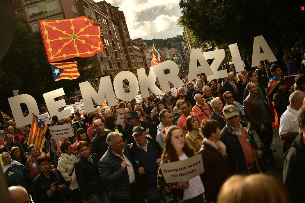 巴斯克首府畢爾包的獨派大示威。這些巴斯克示威者高舉著巴斯克語的「民主」字卡,並揮...