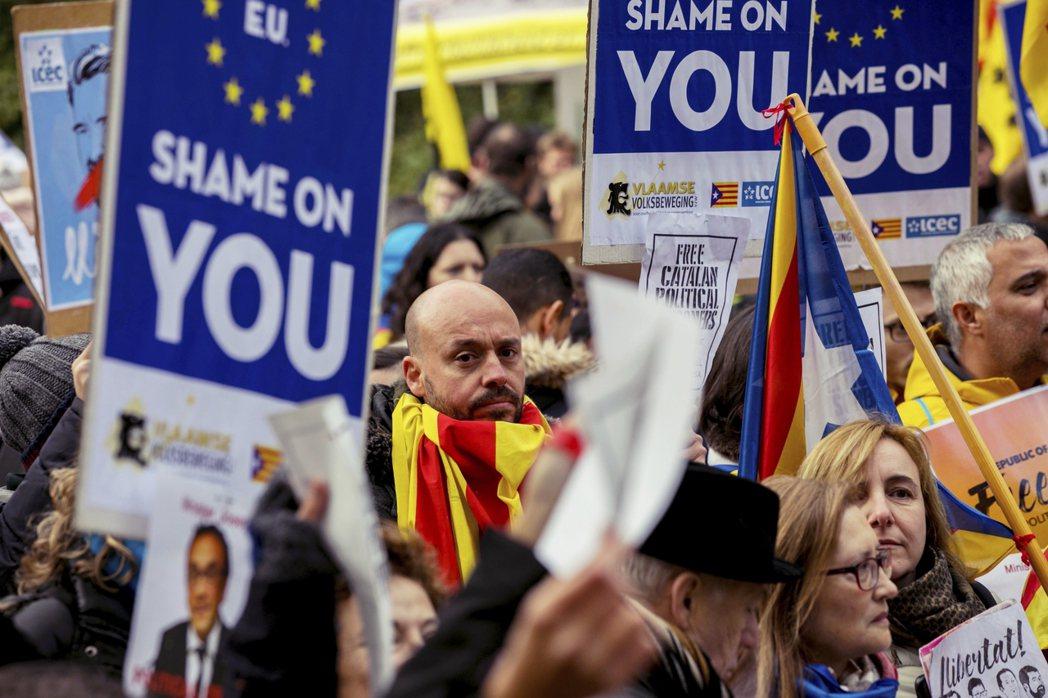 加泰隆尼亞獨立派的示威者,「歐盟無恥!」 圖/美聯社