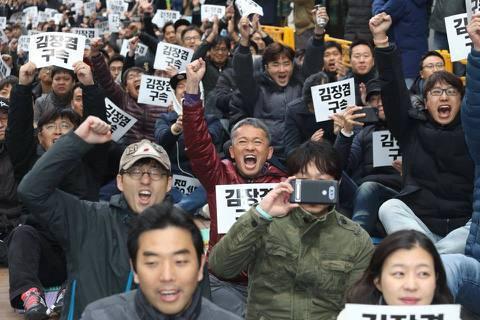 71天的罷工,超過9年被權力打壓的奮鬥,MBC員工們的堅持終於得到了伸張!圖為歡...