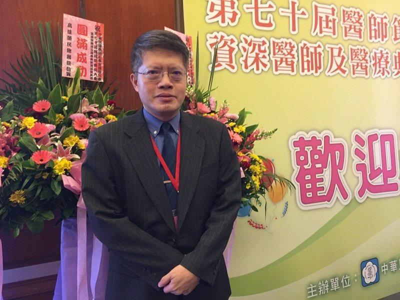 醫師林煥博是本屆醫療典範獎得主之一,他20年來訓練出數千名照護員和近萬名急救員,...