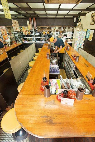 店內僅有U字形的吧檯座位,在築地工作的熟客甚至每天光顧。
