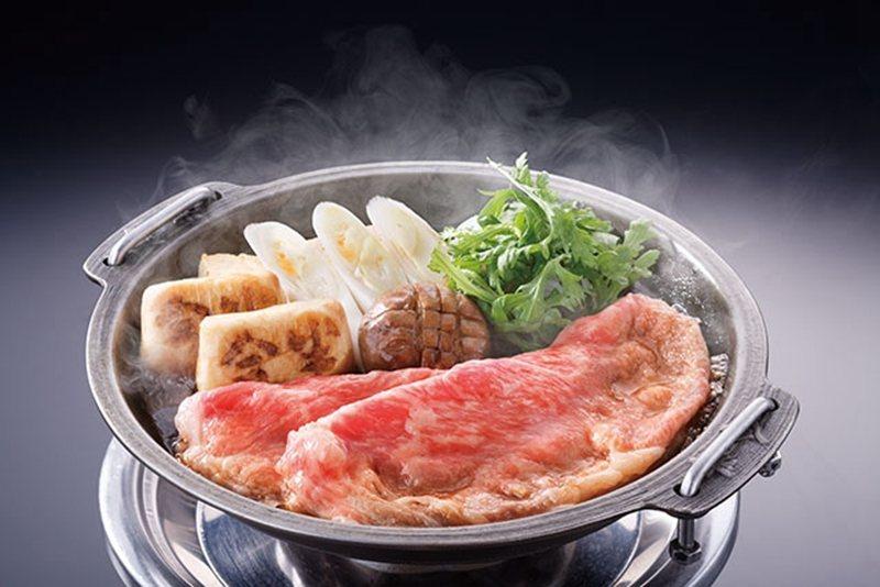 選用上等和牛和豐富配菜製成的壽喜燒,是店內的招牌餐點。