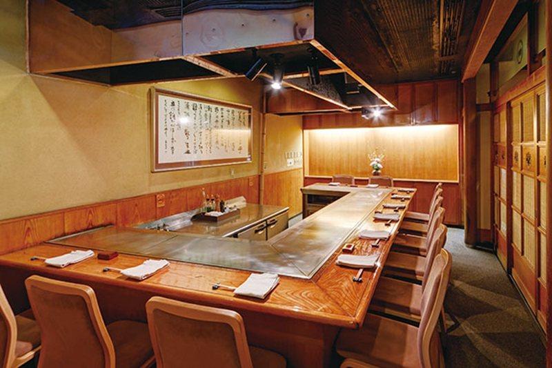 坐在1樓鐵板燒吧檯區,可以近距離欣賞師傅烹調餐點的手藝。