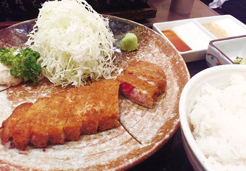牛かつ麦 飯セット(炸牛排定食)¥1300/除了主菜炸牛排,還附有沙拉、醬菜、 ...