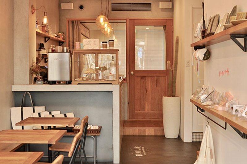店舖空間不大,以暖黃色的色調呈現溫馨的風格。