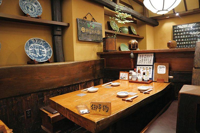 以木質桌椅打造而成,空間寬敞共有100個座位。