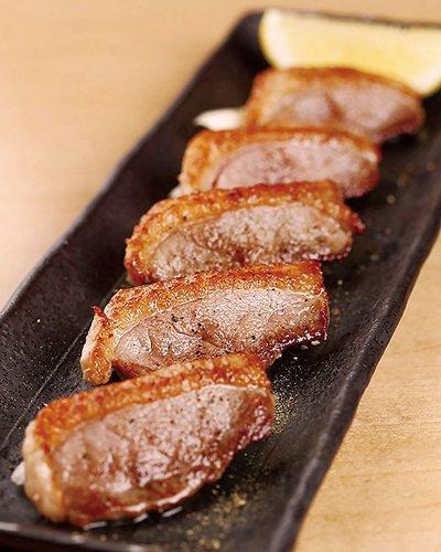 鴨ロース焼(烤鴨里肌)¥810/各式講究的單品料理,也是初代人氣的配菜。