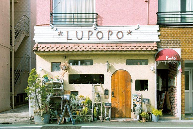距離三軒茶屋車站徒步僅需3 分鐘,淡粉色的店舖外觀十分吸睛。
