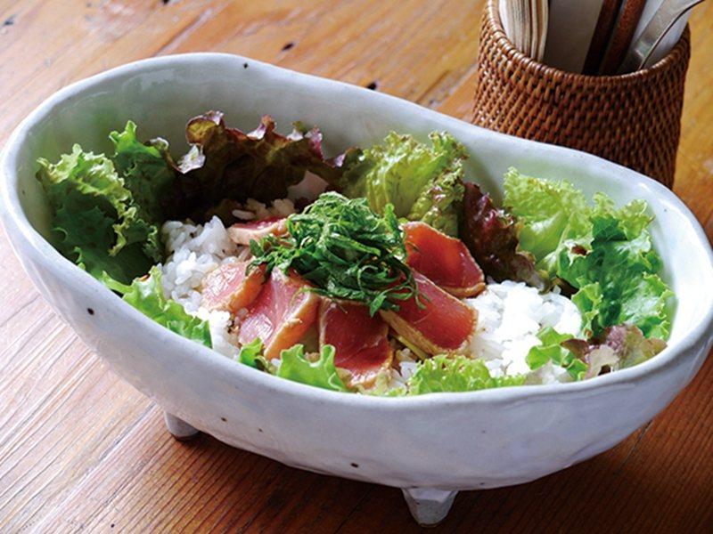 まぐろアボカド丼(酪梨鮭魚丼)¥980/新鮮鮭魚放上壽司醋飯,再佐以酪梨點綴。
