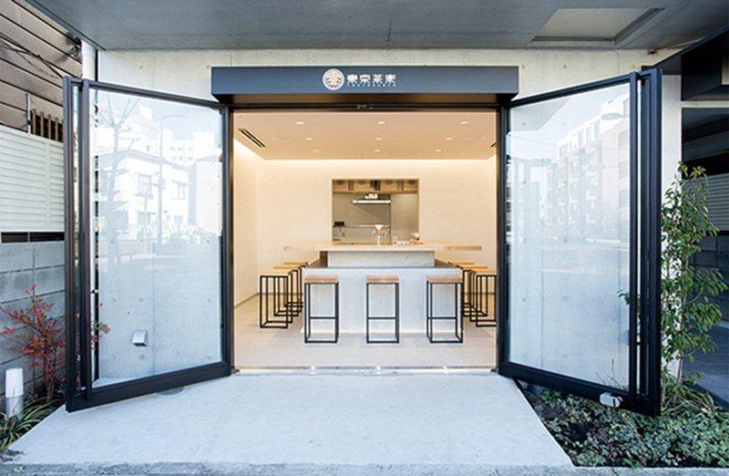 隱身於都市喧囂中,木製吧檯與高腳椅打造出溫潤典雅的品茗空間。
