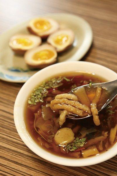 魚羹40元(前)/以新鮮鯊魚製作的魚羹吃起來Q彈又極富鮮味。黃金蛋30元(後)/...