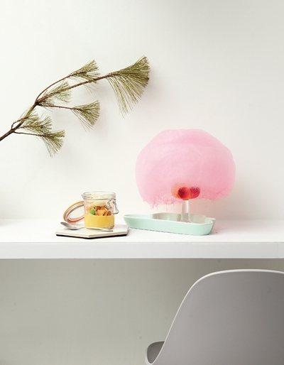 白雲的眼淚200元(右)/氣泡水中加入了以新鮮水果自製的果凍球,接著在上層放上棉...