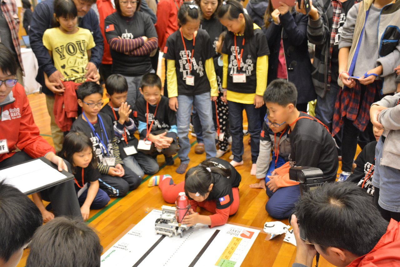 台南代表隊參加日本加賀國際機器人大賽,國小組Jousting決賽,海東國小獲第一...