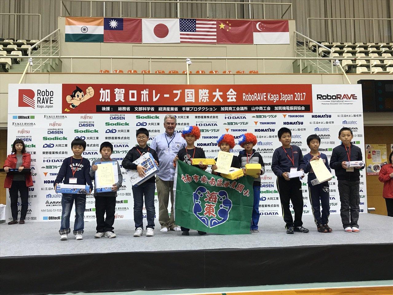 台南代表隊參加日本加賀國際機器人大賽,海東國小獲國小組Jousting第一名。圖...