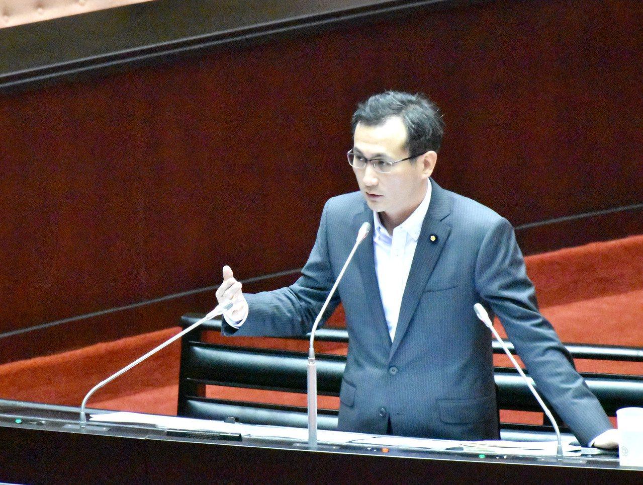 民進黨立委鄭運鵬(見圖)認為鄉鎮市弊案多,他在立院提案廢除鄉鎮市長、鄉鎮市代表選...