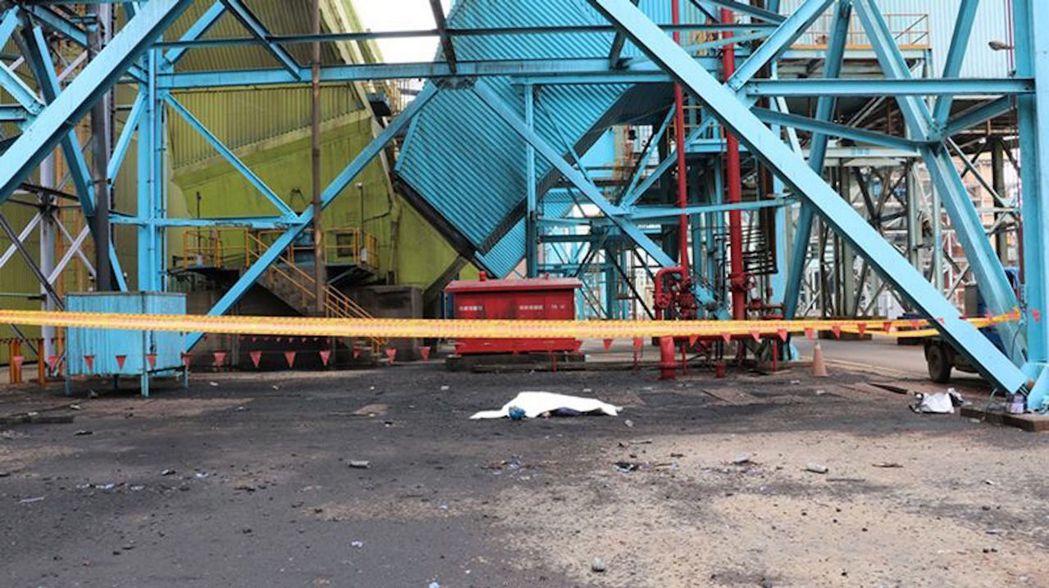 萬茂公司連姓工人去年在台中火力發電廠施工時,意外從29公尺高的轉換塔摔落死亡,萬...