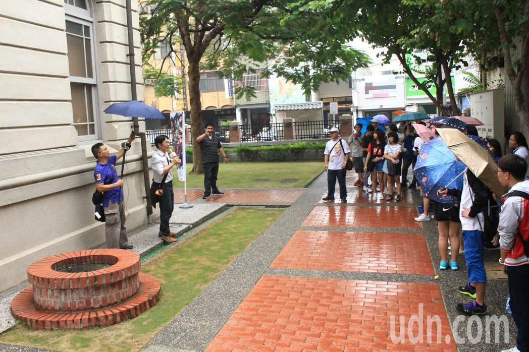 台南市慈濟高中開走讀府城課程,帶著學生走訪古井。記者鄭惠仁/攝影