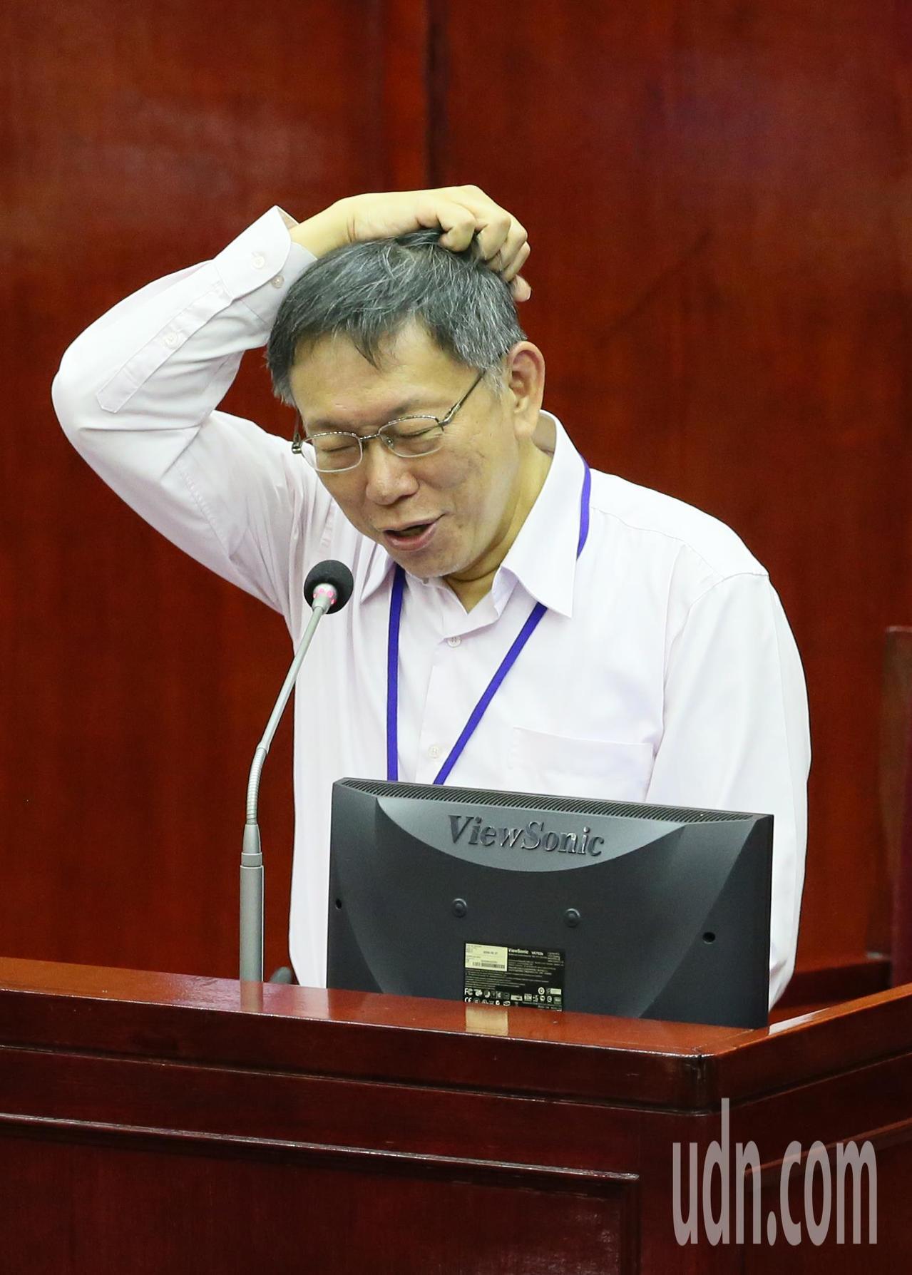 市議員李慶鋒拿著挖出來的鉛製自來水管質詢打臉,讓日前宣布讓「鉛水管正式從台北市消...