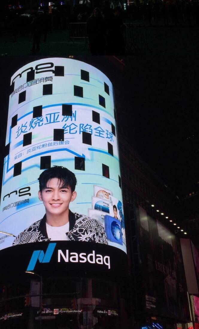 炎亞綸巨幅廣告海報登上紐約時代廣場。圖/華研提供