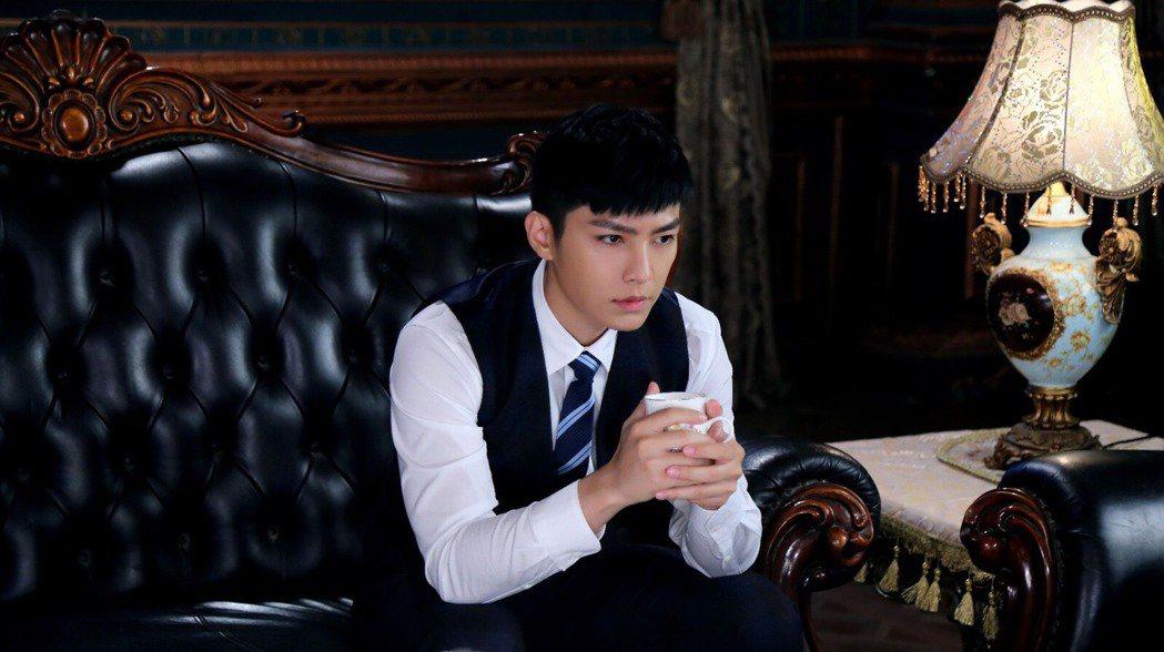 炎亞綸在新戲「請賜我一雙翅膀」飾演警察。圖/華研提供