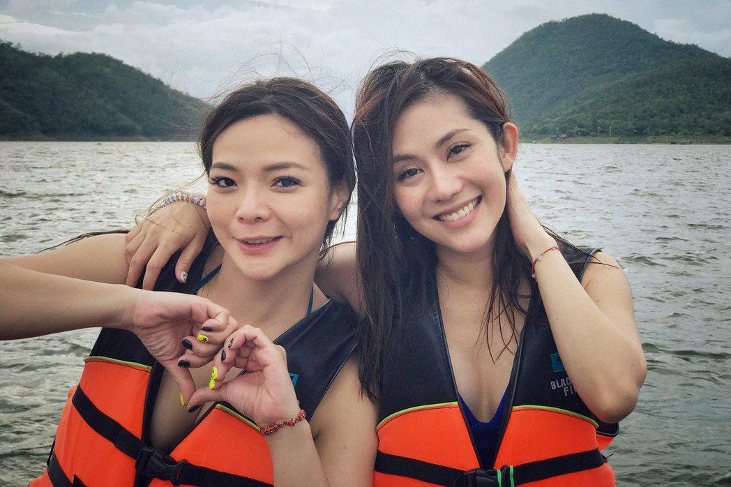 小甜甜(左)與王宇婕在詩那卡鄰水庫搭竹筏玩水看夕陽。圖/亞洲旅遊台提供