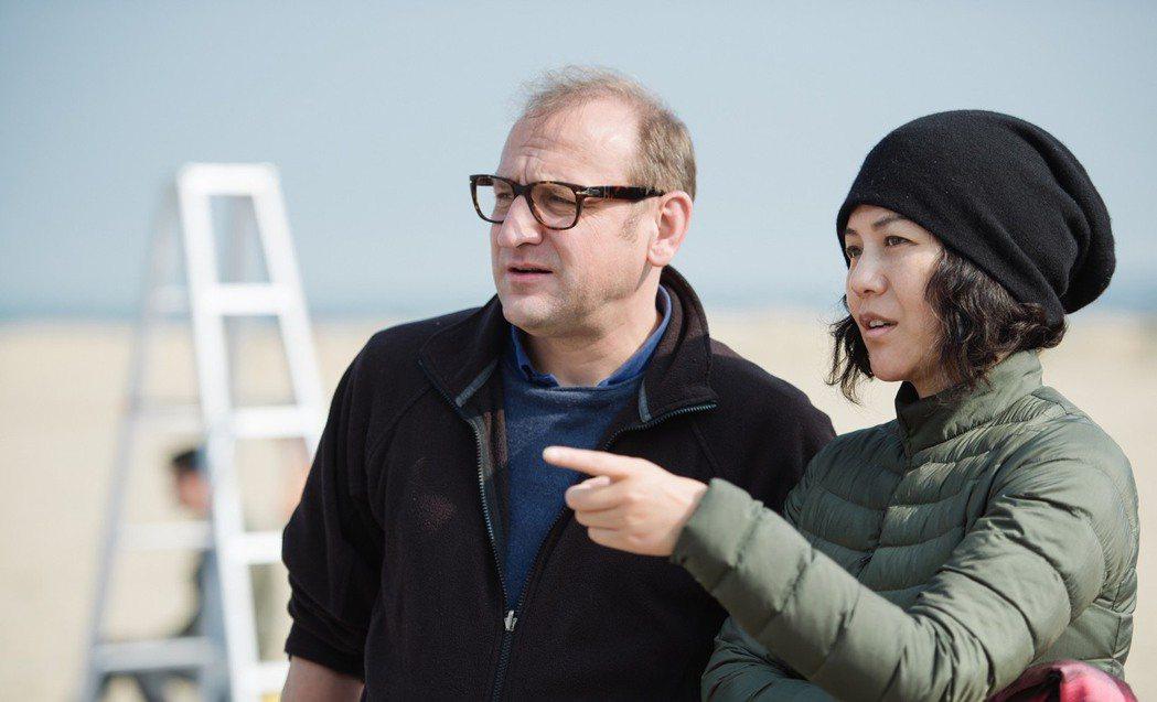 文晏(右)拍攝「嘉年華」時,與許多國外的電影人合作。圖/海鵬提供